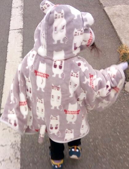 娘にポンチョで防寒の写真