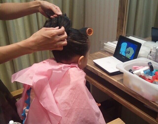 七五三で娘のヘアセット中にアンパンマンDVDを見せてもらってる写真