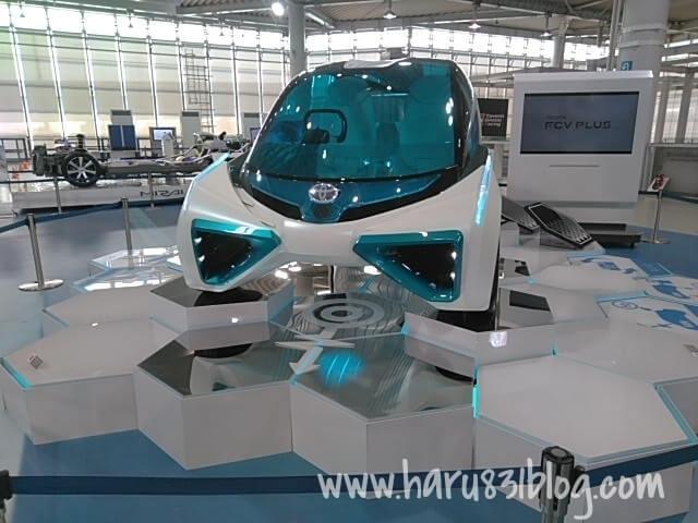 メガウェブの未来の車の写真