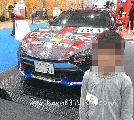 東京モーターショーのハチロクと長男の写真